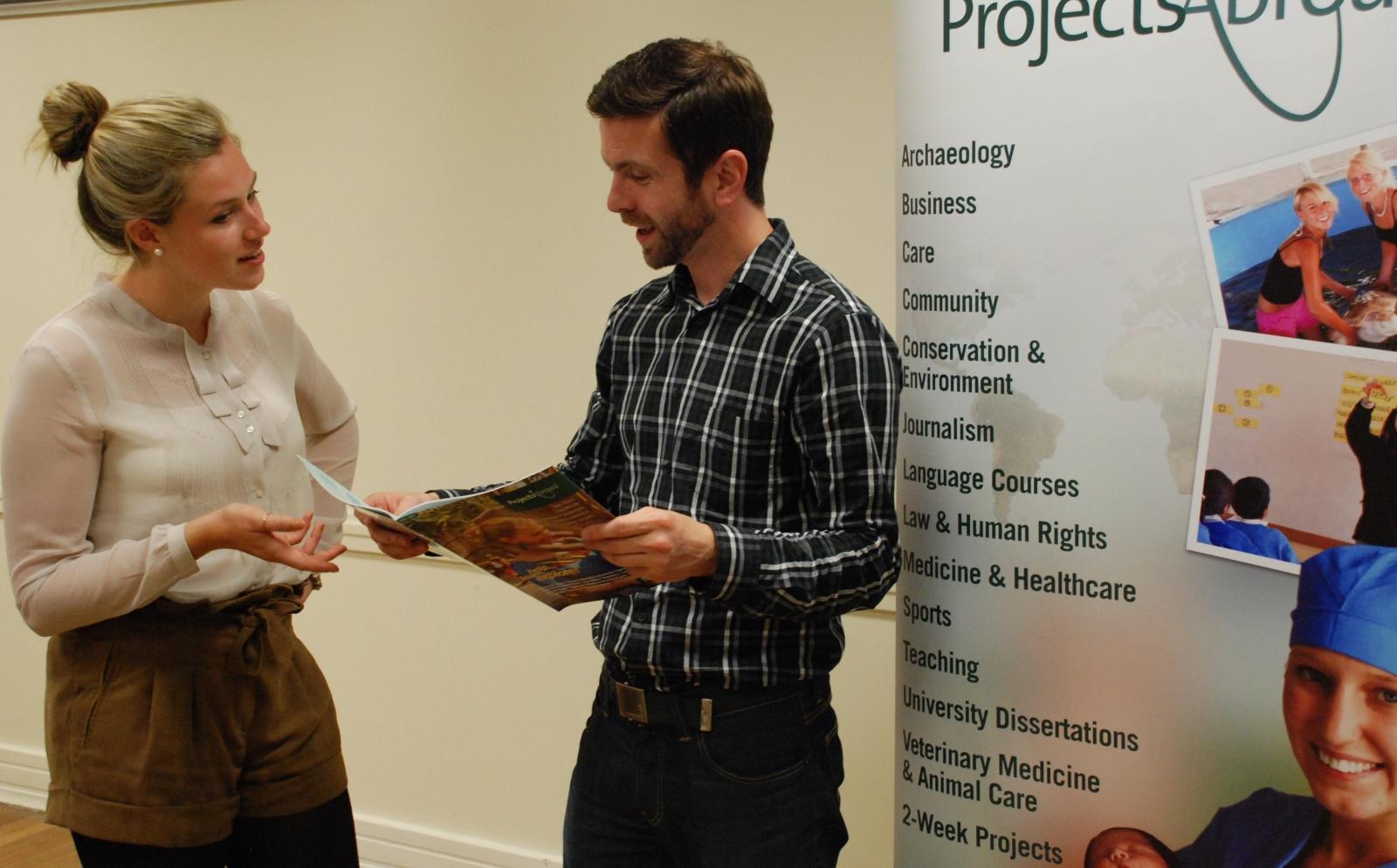 Un Project Expert aide une future volontaire à choisir le bon projet pour sa mission de volontariat ou stage à l'étranger